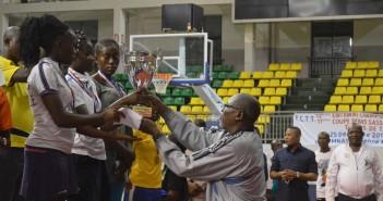 l'équipe de Brazzaville recevant le trophée des mains du Maire de Ouénzé