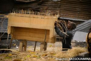 Matsimouna Aubin confectionne un fauteuil